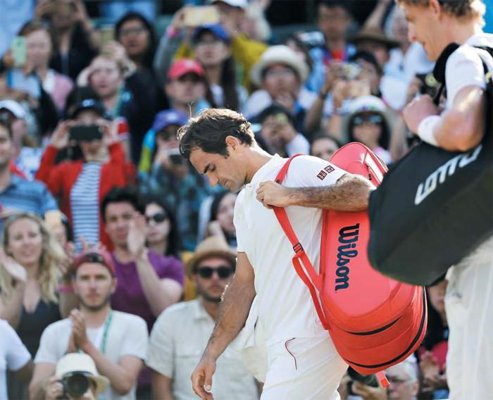 테니스 팬들에겐 익숙하지 않은, '테니스 황제'의 이른 퇴장이었다. 로저 페더러(가운데)가 11일 윔블던 남자 단식 8강전에서 케빈 앤더슨(오른쪽)에게 패한 후 고개를 숙이며 코트를 떠나는 모습.