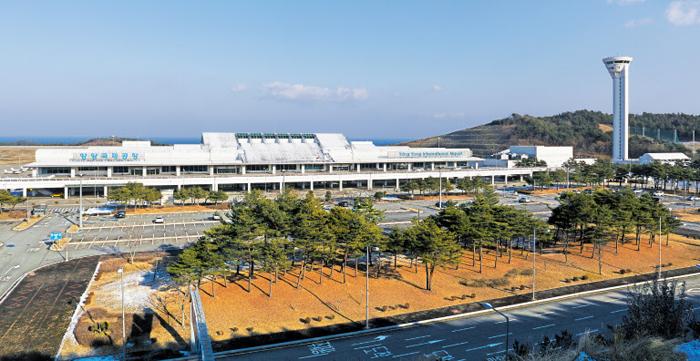 국내 첫 소형 항공사인 코리아익스프레스에어가 최근 양양~기타큐슈 정기편을 운행하며 국제공항의 면모를 되찾은 강원도 양양국제공항의 전경.