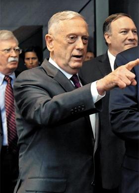 마이크 폼페이오(맨 오른쪽부터) 미 국무장관, 제임스 매티스 미 국방장관, 존 볼턴 백악관 국가안보회의 보좌관이 11일(현지 시각) 벨기에 브뤼셀에서 열린 나토 정상회의장에 입장하고 있다.