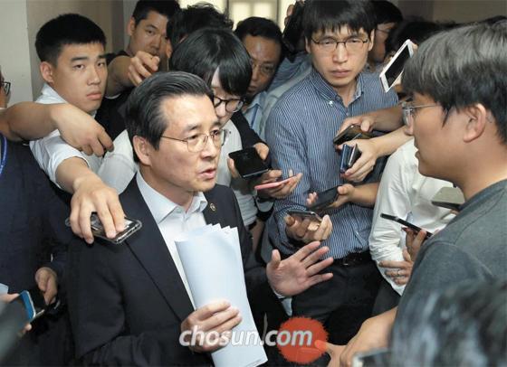 김용범 금융위 증권선물위원장이 12일 삼성바이오로직스 관련 심의 결과를 발표한 뒤 취재진의 질문에 대답하고 있다.