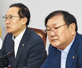 홍영표(왼쪽) 더불어민주당 원내대표가 12일 서울 여의도 국회에서 열린 당 원내대책회의에서 발언하고 있다.