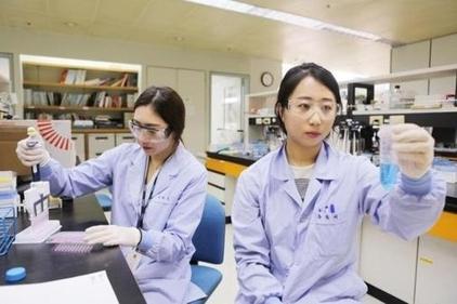 LG화학 생명과학사업본부 연구원들이 의약품 실험을 진행하고 있다. / LG화학 제공