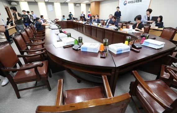 13일 세종시 정부세종청사에서 최저임금위원회 전원회의가 열렸지만 사용자측은 불참을 선언했다./연합뉴스