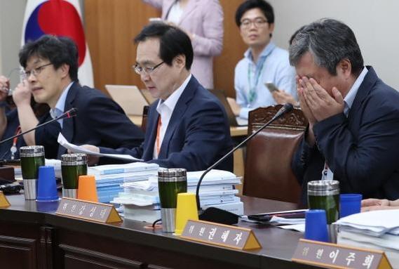 류장수 최저임금위원회 위원장(왼쪽에서 두 번째)이 13일 최저임금위원회를 주재하고 있다./연합뉴스