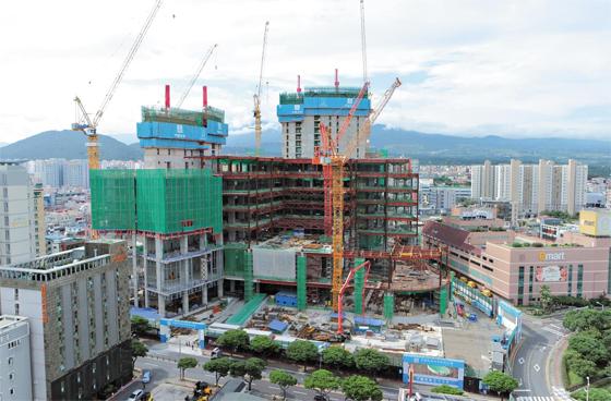 제주 노형동에 들어서는 제주 드림타워는 내년 9월 준공을 목표로 공사가 한창이다. 호텔이 들어서는 건물 2개 동(棟)은 전체 38층 중 17층까지 중심부 공사가 진행됐다.