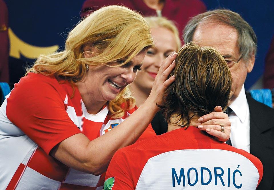 16일(한국 시각) 열린 러시아월드컵 시상식(모스크바 루즈니키 스타디움)에서 콜린다 그라바르 키타로비치(왼쪽 금발) 크로아티아 대통령이 크로아티아 대표팀 주장 루카 모드리치를 위로하는 모습.