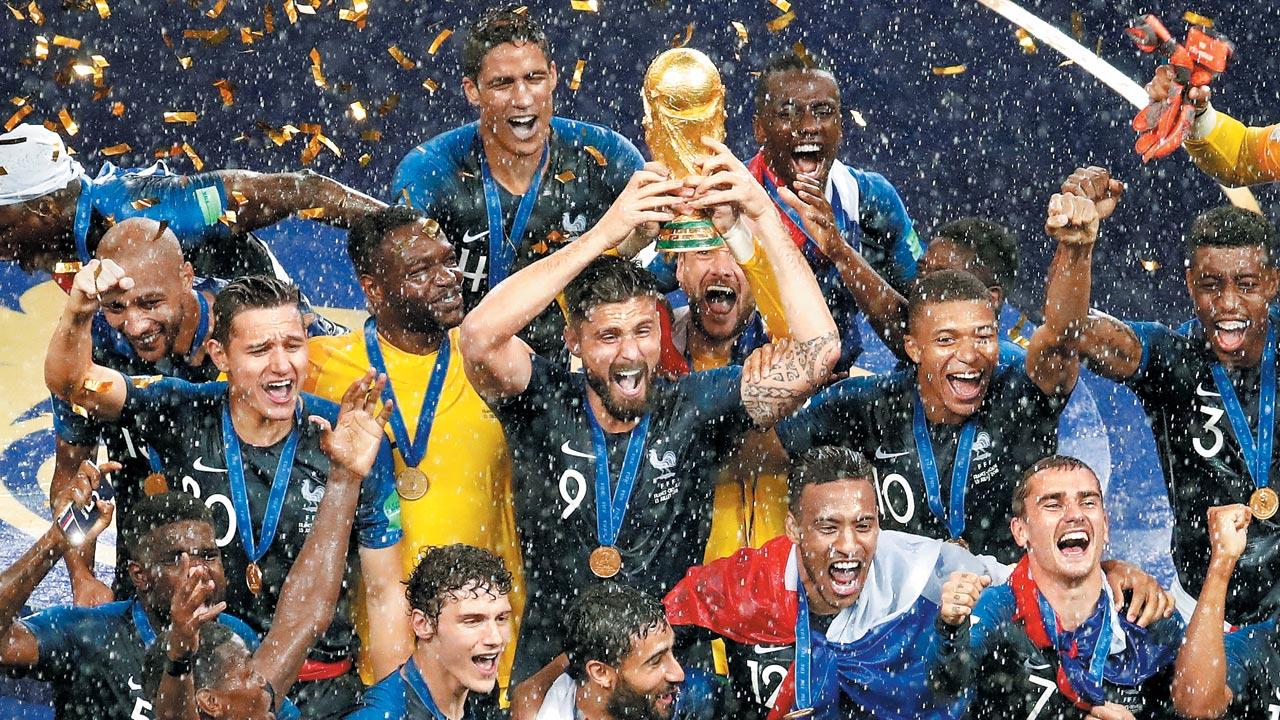 16일 러시아월드컵 결승전(모스크바)에서 크로아티아를 꺾고 우승한 프랑스 축구 대표팀 선수들이 시상식에서 환호하고 있다.