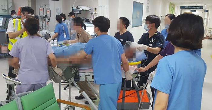부상 당한 해병대원 긴급 후송 - 17일 오후 울산대병원 관계자들이 경북 포항 비행장에서 발생한 해병대 헬기 추락 사고로 부상당한 해병대원을 이송하고 있다. 이번 사고로 승무원 6명 중 5명이 숨졌다.