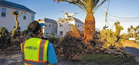 지난해 허리케인으로 큰 피해를 입은 플로리다주의 한 주택가에서 드론 업체 소어링스카이의 직원이 피해 지역을 드론으로 조사하고 있다.