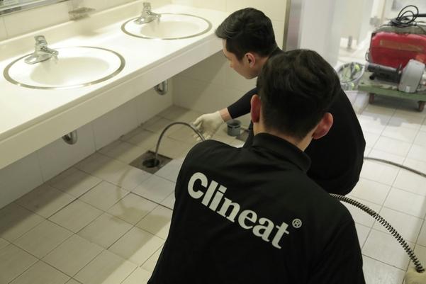 청소대행  프랜차이즈인 크리니트 직원이 화장실 배관 청소를 하고 있다. /한국창업전략연구소 제공