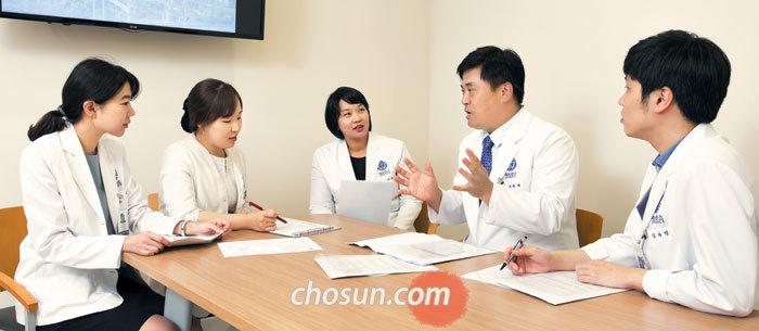 피부과와 성형외과 전문의로 구성된 연세암병원의 흉터성형레이저센터 의료진이 모여 환자 치료에 대한 의견을 나누고 있다.