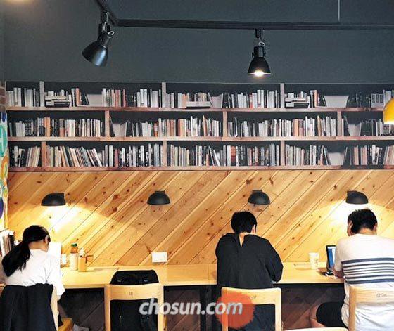 23일 서울 마포구 아현동 독서실'토즈 스터디센터'에서 이용자들이 공부하고 있다.