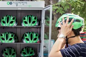따릉이 안전모 대여 시작 하루 전인 지난 19일 여의도 대여소의 안전모 보관함. 꽉 차 있던 안전모는 대여 나흘 만에 절반으로 줄었다. 안전모는 보관함이나 자전거 바구니에서 바로 가져다 쓸 수 있다.