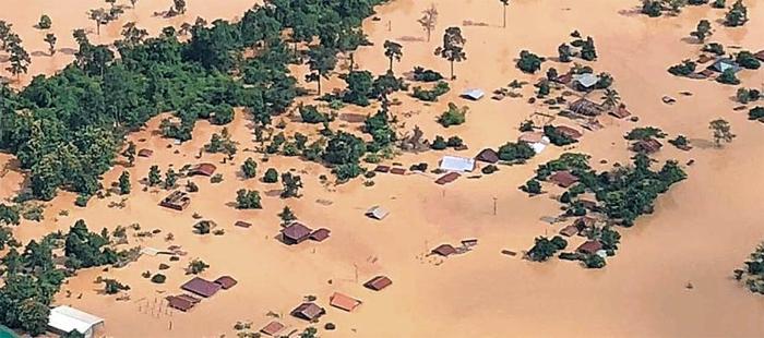 잠겨버린 라오스 마을 - 라오스 남동부 아타프주(州)에서 SK건설이 시공한 세피안-세남노이 수력발전소의 보조댐이 무너져 24일(현지 시각) 인근 마을이 흙탕물에 잠겼다. 쏟아진 물이 6개 마을을 한꺼번에 덮쳐 1300여 가구가 떠내려가고 6600여 명의 이재민이 발생했다고 현지 언론은 전했다. 사망자 수 등 정확한 피해 규모는 아직 파악되지 않고 있다.