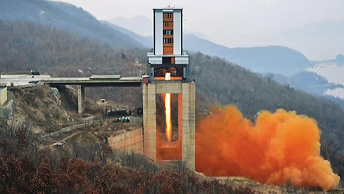 2017년 미사일 엔진 시험하는 北 - 북한이 지난해 3월 18일 평북 철산군 동창리에 위치한 서해 위성 발사장에서 신형 고출력 로켓 엔진 지상 분출 실험을 하는 모습. '38노스'는 23일 북한이 최근 서해 위성 발사장 해체 작업을 개시한 것으로 보인다고 보도했다.