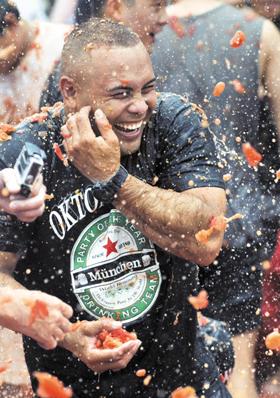 지난해 강원도 화천의 토마토축제장을 찾은 외국인이 토마토를 던지고 터뜨리며 즐거워하고 있다.