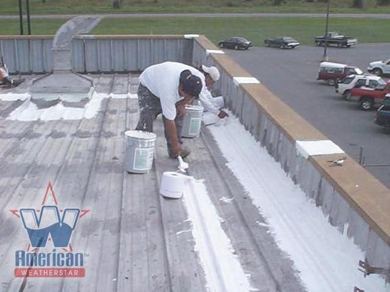 건물 지붕을 빛을 반사할 수 있는 흰색 페인트로 칠하는 모습. /위키미디어 제공.