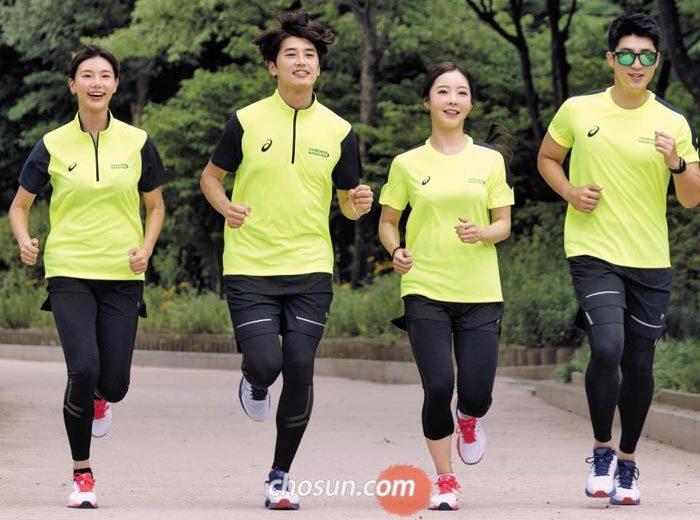 2018 조선일보 춘천마라톤 기념 티셔츠를 입은 모델들이 서울 여의도공원을 달리는 모습.