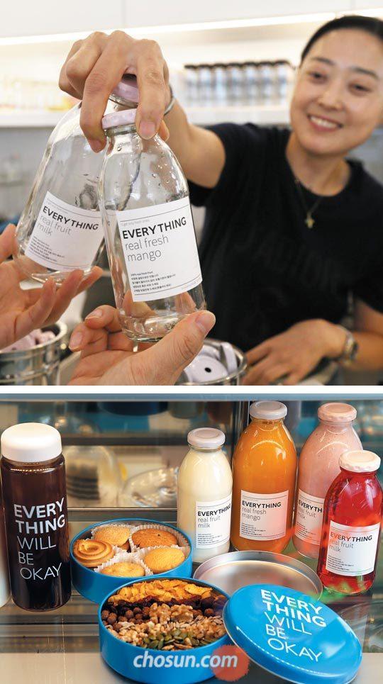 카페'에브리띵'직원이 고객이 마신 음료 병을 회수하고 있다(위).