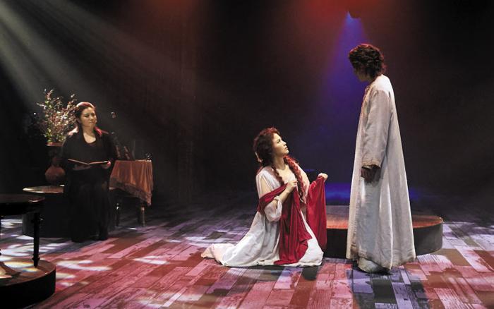 뮤지컬 '마리아 마리아'에서는 예수와 마리아 외에 앙상블 배우(왼쪽 검은 옷) 2명이 로마 장군부터 베드로까지 다양한 역할을 소화하며 책을 읽듯 낭독으로 이야기를 이끈다.