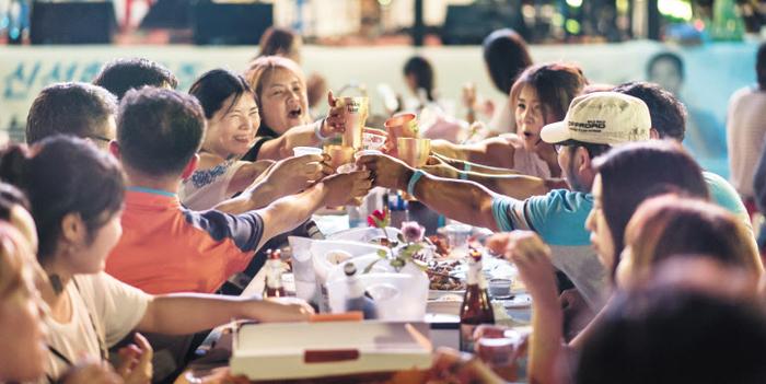 지난해 열린 '전주 가맥축제'에서 관광객들이 당일 만든 맥주를 마시며 즐거운 시간을 보내고 있다.