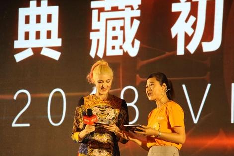 중국 최대 온라인 교육 유니콘인 VIPKID의 창업자 미원쥐앤(오른쪽) CEO가 2일 베이징에서 중국어를 유창하게 하는 외국인 사회자와 함께 올해 전략을 발표하고 있다./베이징=오광진 특파원