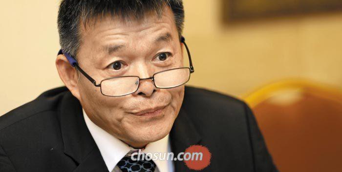 2015년 서울 코엑스에서 열린'유라시아 포럼 서울 2015'에서 인터뷰하고 있는 후안강 중국   칭화대 교수.
