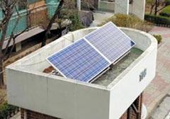 서울시가 노원구의 한 아파트 경비실에 무상으로 설치해준 300W 태양광 미니 발전기.