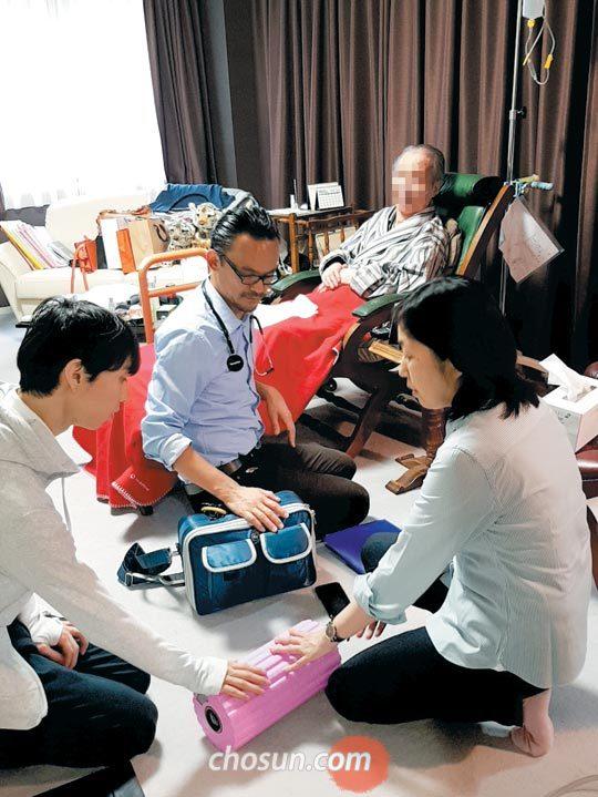 방문 의료진이 지난달 27일 도쿄 한 아파트에 사는 92세 환자 집에서 진료하는 모습.