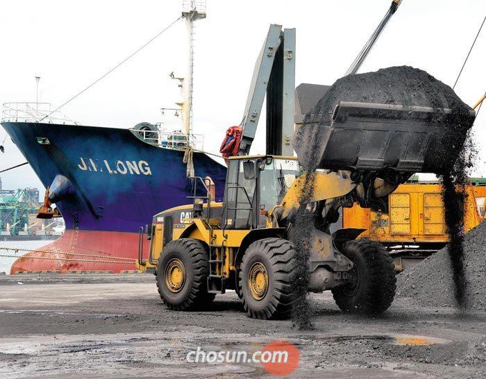 7일 오후 경북 포항신항 제7부두에서 화물선 진룽호가 싣고 온 석탄 더미를 삽차가 퍼올리고 있다.