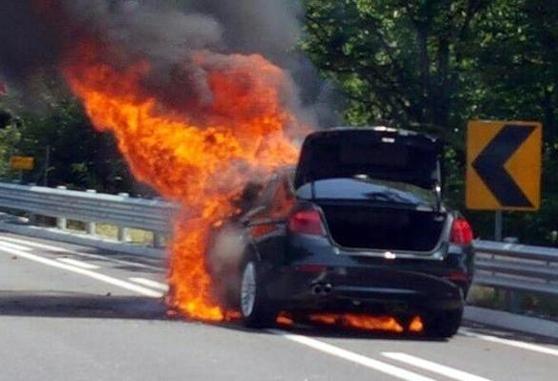 2일 오전 11시 47분쯤 강원도 원주시 영동고속도로(강릉 방면)에 BMW 520d 차량 엔진 부분에서 불이 나 차량이 타고 있다. 올 들어 28번째 발생한 BMW 화재 차량이다. /강원지방경찰청 제공