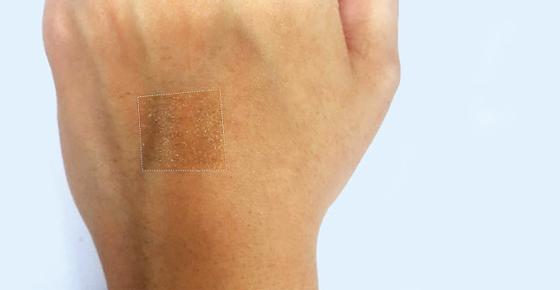 손등에 붙일 수 있는 투명 스피커