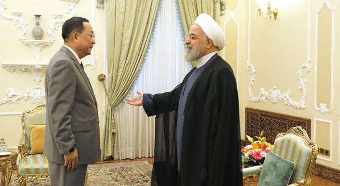 """로하니 이란 대통령 만난 北 리용호 - 리용호 북한 외무상이 8일(현지 시각) 이란 테헤란에서 하산 로하니 이란 대통령을 만나고 있다. 하산 대통령은 """"미국은 신뢰가 낮은 나라""""라고 했고, 리 외무상은 """"미국의 이란 제재 복원은 국제법과 규율에 어긋나는 행동""""이라고 말했다."""