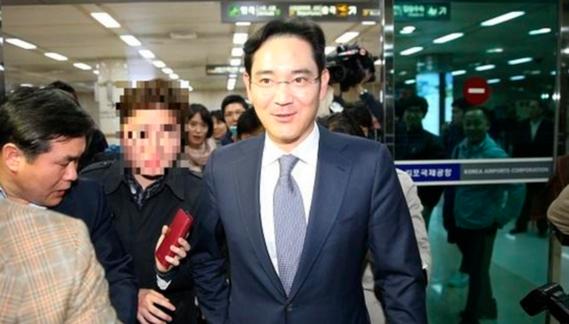 이재용 삼성전자 부회장이 2015년 3월 29일 중국 보아오포럼에 참석한 뒤 김포공항 입국장으로 들어오고 있는 모습. /남강호 기자