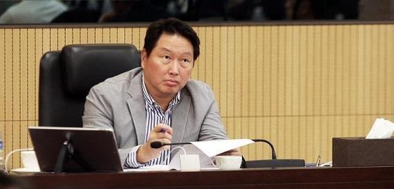 최태원 SK 회장이 6월 26일 경기 이천 SKMS연구소에서 열린 '2018 확대경영회의'에서 계열사 최고경영자(CEO)들의 발표 내용을 듣고 있다./SK 제공