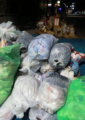 서울시 종로구 와룡동의 한 길가에 쓰레기봉투 수십 개가 쌓여 있다. 수거 업체들이 동선을 편리하게 하기 위해 만든 '임시 집하장'은 쓰레기를 치운 후에도 온종일 악취가 난다.