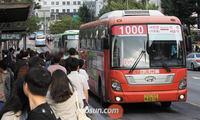인천과 서울을 오가는 6개의 광역버스 업체들이 오는 21일부터 일부 노선에 대한 운행을 중단하겠다고 밝혔다. 이용객은 줄지만 인건비는 늘어난 까닭에 지난해에 이어 올해도 수십억원의 적자가 예상되기 때문이다. 9일 오후 인천행 광역버스가 승객들이 모여 있는 서울 신촌오거리 버스정류장으로 들어오고 있다.