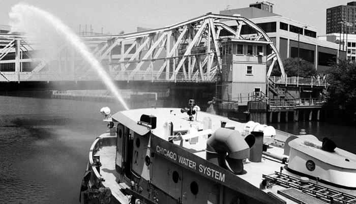 시카고 폭염에 킨지스트리트 다리 철판이 늘어나지 않도록 물을 뿌리고 있는 모습.