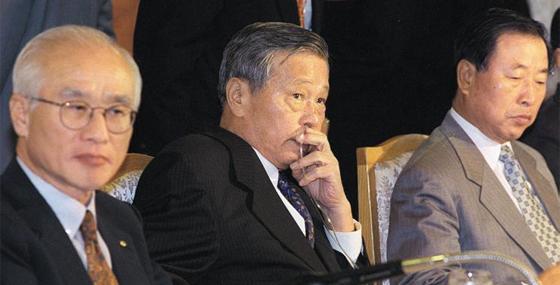 1997년 9월 폐암수술을 받은 최종현(사진 가운데) SK그룹 회장이 산소호흡기를 꽂은 채 전국경제인연합회 회장단 회의에 참석해 경제위기 극복 방안을 논의하고 있다. 사진 왼쪽은 김우중 당시 대우그룹 회장, 오른쪽은 조석래 효성그룹 명예회장이다. 최 회장은 이로부터 1년 뒤인 1998년 8월 26일 별세했다.