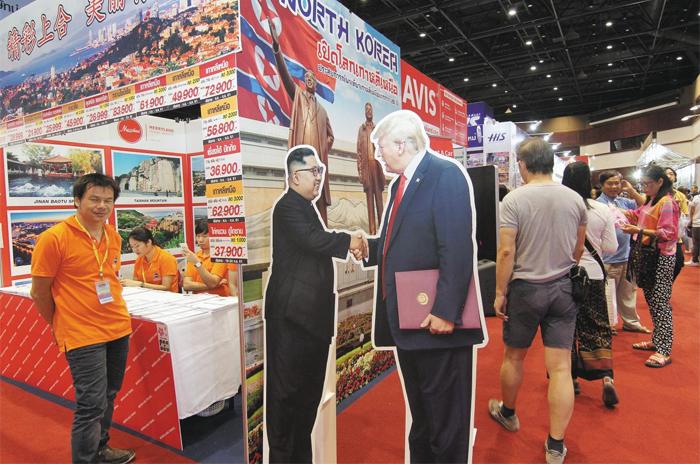 태국 관광박람회에 '북한 여행 상품' 등장 - 11일(현지 시각) 태국 방콕의 한 컨벤션센터에서 열린 국제관광박람회(TITF)에 북한 김정은 국무위원장과 도널드 트럼프 미국 대통령이 악수하는 모습의 입간판을 내건 북한 여행 상품 홍보 부스가 꾸려졌다.