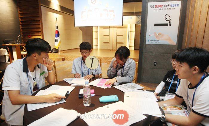 27일 오후 서울 중부교육지원청이 주최한'학생 흡연 예방 100명 대토론회'에 참여한 학생들이 학생 흡연예방교육에 대해 의견을 나누고 있다.