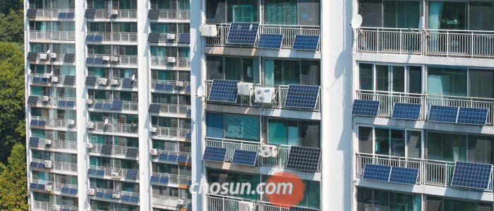 지난 22일 서울의 한 아파트 단지에 태양광 패널이 집집마다 설치돼 있다.