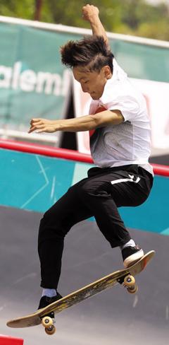 은주원(17)이 29일 아시안게임 스케이트보드 남자 스트리트 결선에서 기술을 펼치는 모습. 이날 한국 스케이트보드 첫 아시안게임 메달(동메달) 주인공이 된 그는 2020 도쿄올림픽 무대를 밟는 것을 목표로 삼았다.