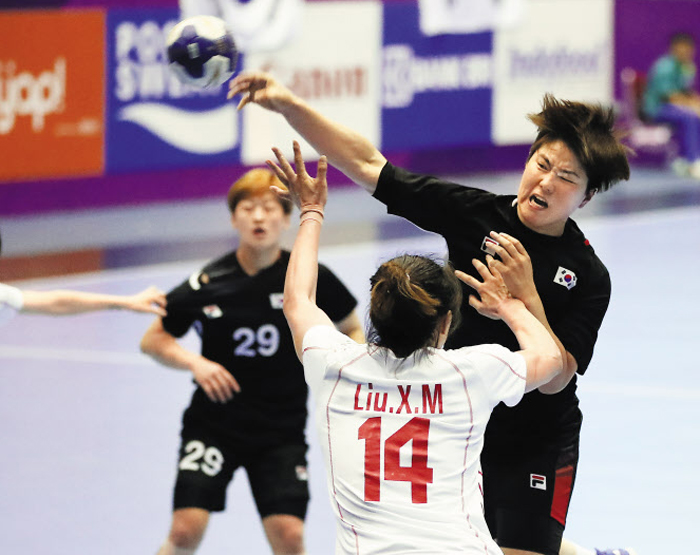 송해림의 강력 점프슛 - 송해림이 중국 선수의 수비를 피해 점프하며 슛을 하는 모습. 여자 핸드볼은 결승전에서 중국을 꺾고 아시안게임 역대 7번째 우승을 차지했다.