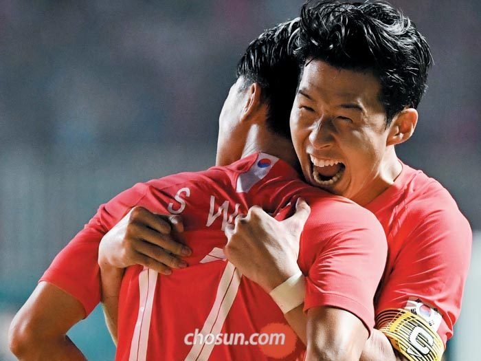 한국 축구의 에이스 손흥민(오른쪽)이 1일 아시안게임 남자 축구 결승 한·일전에서 연장 전반 선제골을 넣은 이승우(왼쪽)를 끌어안고 환호하는 모습.