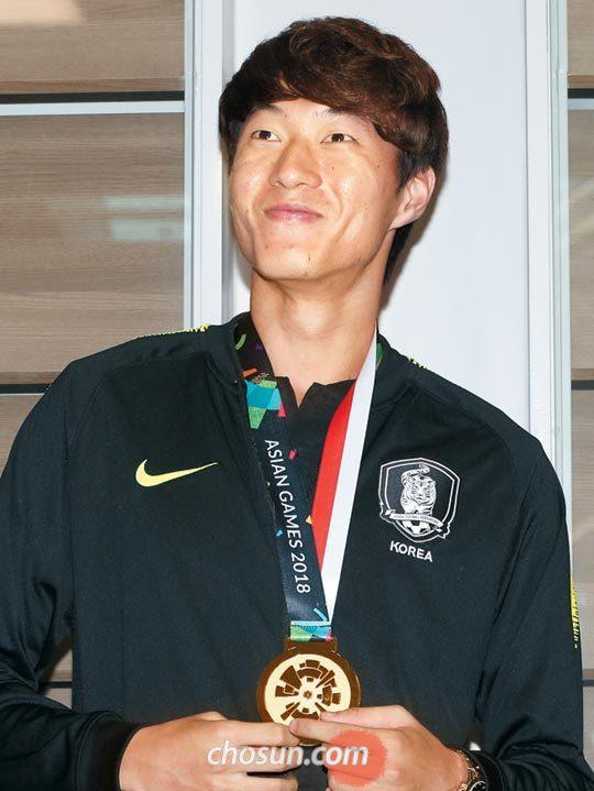 아시안게임 금메달을 목에 걸고 귀국한 황의조가 환호하는 팬들을 바라보고 있다.