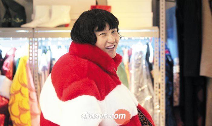 2018 가을·겨울 시즌으로 선보인 인조 퍼(fur) 코트를 걸친 '푸시버튼' 디자이너 박승건.