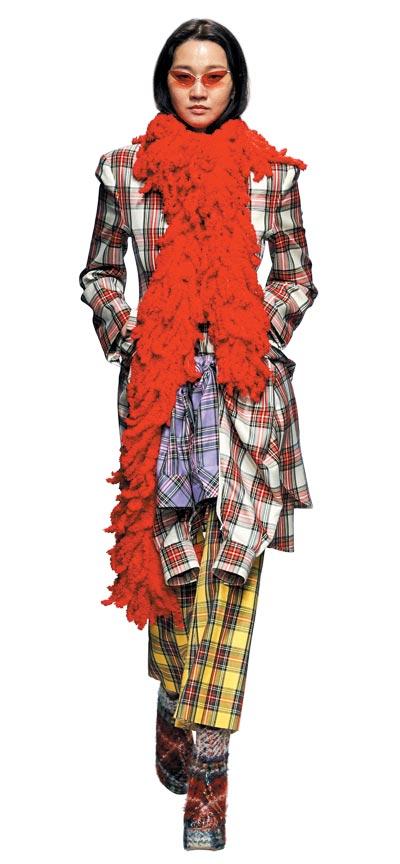 2018가을·겨울 서울패션위크 푸시버튼 쇼에서 겹겹의 체크 의상을 입은 모델 장윤주.