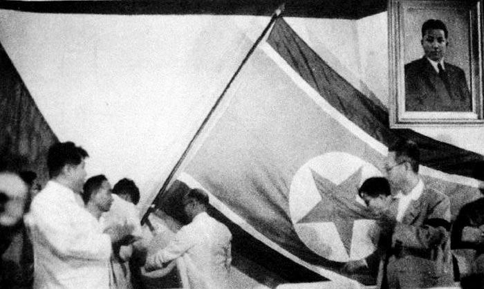 북한 정권 수립을 앞둔 1948년 7월 10일 북조선인민회의 제5차 회의에서 태극기를 내리고 인공기를 게양하고 있다.