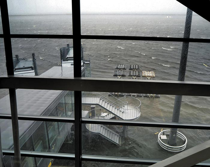 제21호 태풍 '제비'가 일본에 상륙한 4일 일본 간사이 국제공항 터미널 안에서 바라본 공항 활주로가 폭우로 인해 물에 완전히 잠겨 있다.